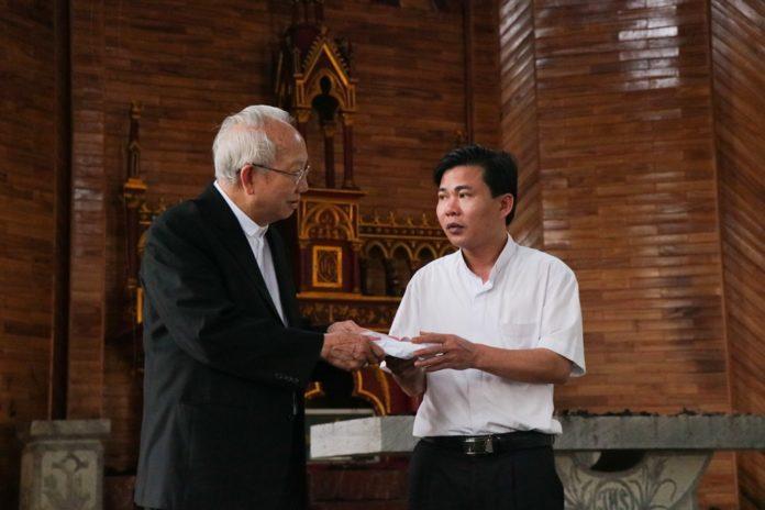 Đức Giám mục Phaolô Nguyễn Thái Hợp viếng thăm Giáo xứ Thọ Vực sau biến cố cháy Nhà thờ