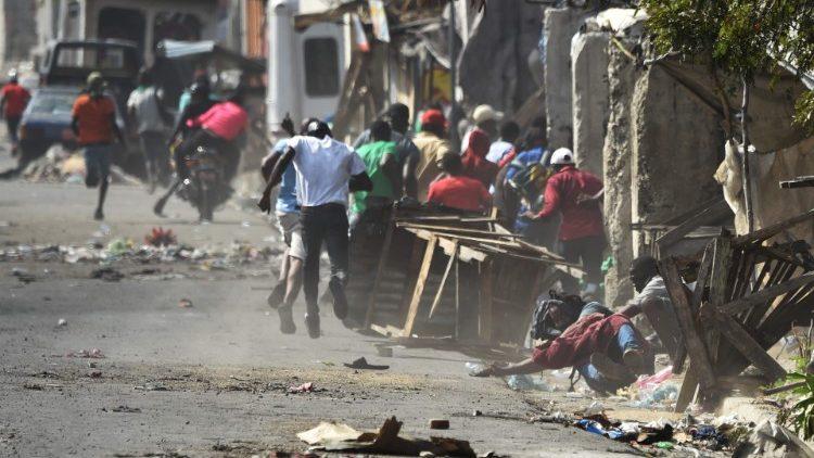 Các tu sĩ Haiti gặp nhiều nguy hiểm khi hoạt động bác ái