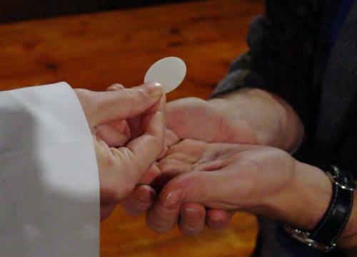 Phỏng bệnh Covid-19: Có nên rước lễ bằng tay?