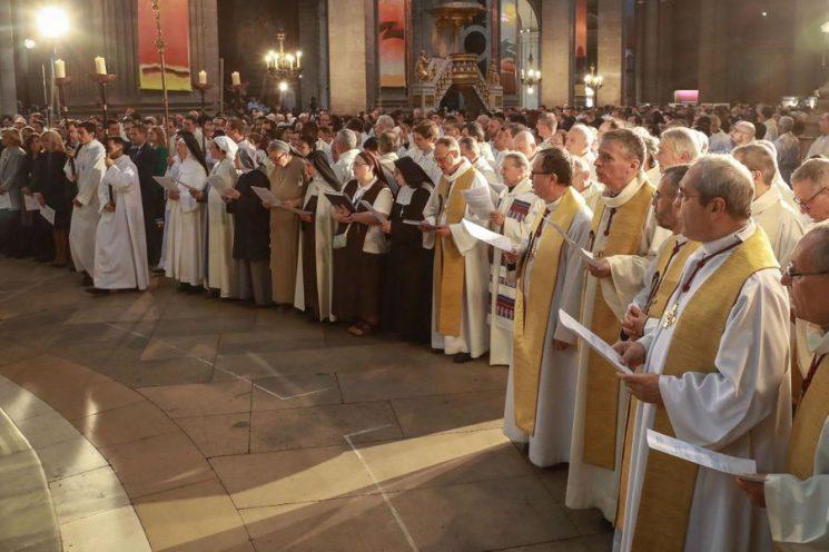 Lễ Truyền Dầu cảm động ở Nhà thờ Saint-Sulpice
