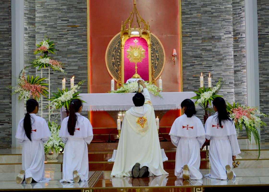 Ðào luyện tâm linh bắt đầu từ Thánh Thể hay Thánh Kinh