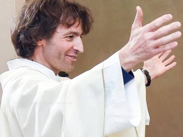 Đức Phanxicô tặng tràng hạt Mân Côi cho người sát hại Linh mục Roberto Malgesini