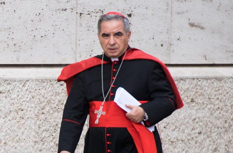 Sự rơi rụng của Hồng y Angelo Becciu làm Vatican rúng động