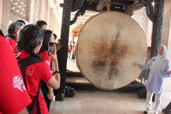 Tham dự viên Đại hội Giới trẻ Á châu viếng nhà thờ và đền thờ