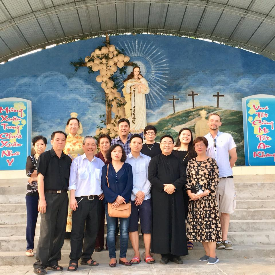 Gia đình Đấng Đáng kính Phêrô Nguyễn Văn Dinh thăm mộ và viếng Đức Mẹ xứ Dừa