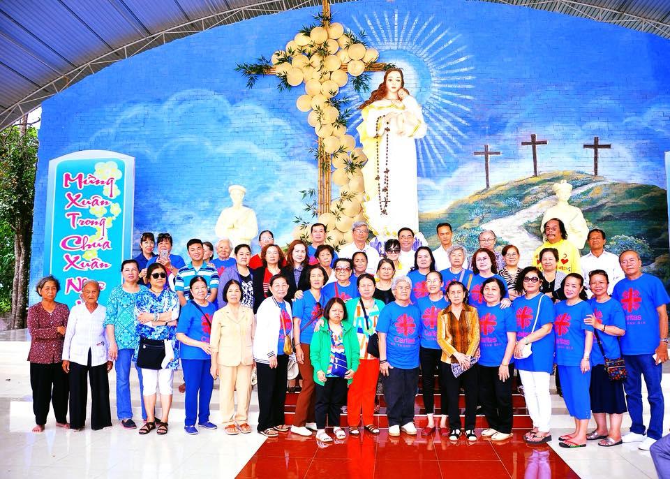 Caritas Thánh Gia thăm và chia sẻ co bà con có hoàn cảnh thuộc họ đạo Cái Nhum