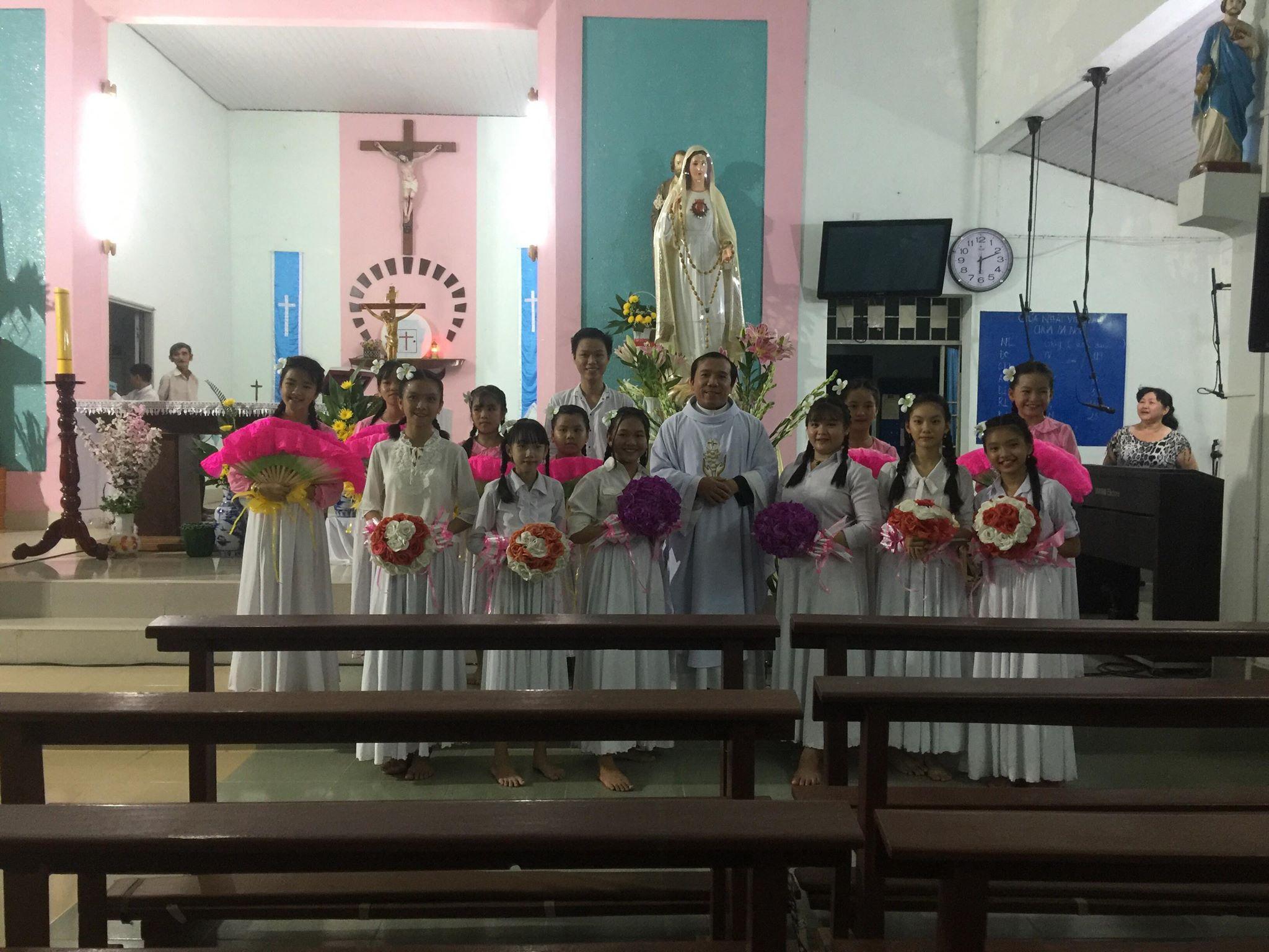Các em thiếu nhi Nhà Thờ Tiểu Cần múa dâng hoa cho Đức Mẹ 5/2018