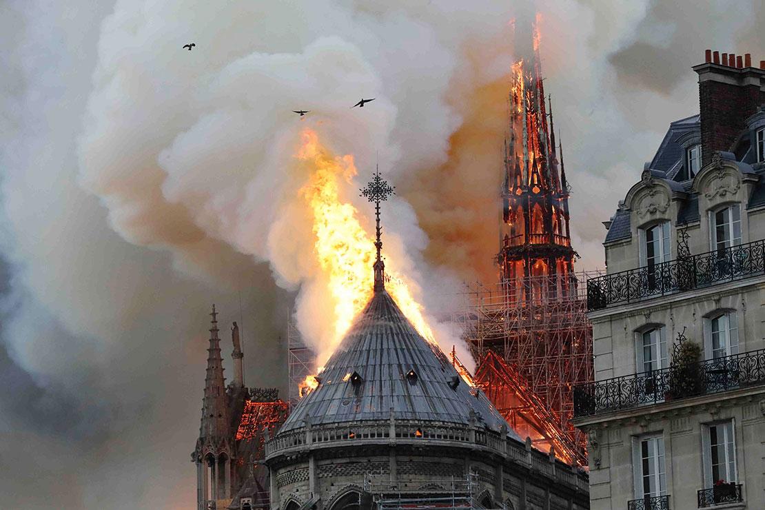 Nhà thờ Đức Bà bị ngọn lửa đốt cháy ...