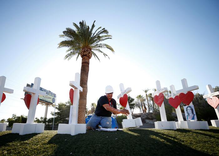 Ông Greg Zanis làm 26 000 cây thánh giá cho các nạn nhân các vụ xả súng hàng loạt