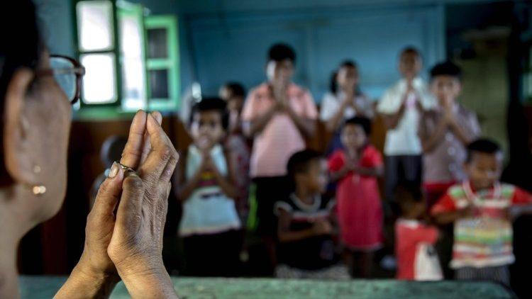 Nữ tu Ấn độ xây 100 ngôi nhà cho người nghèo