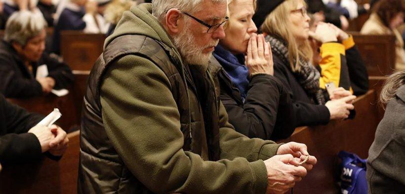 Khẩn thiết cầu nguyện cho các linh mục