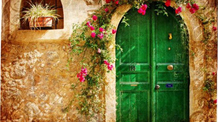 Tình yêu xuyên qua các cánh cửa đóng kín