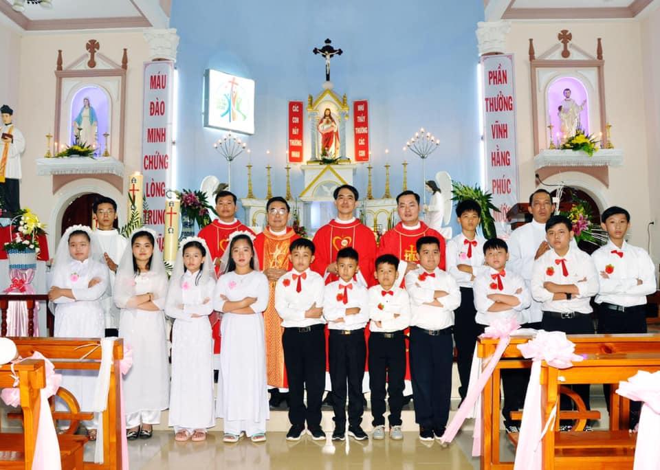 Họ đạo Nhân Nghĩa : Mừng Bổn mạng và thiếu nhi lần đầu rước Chúa