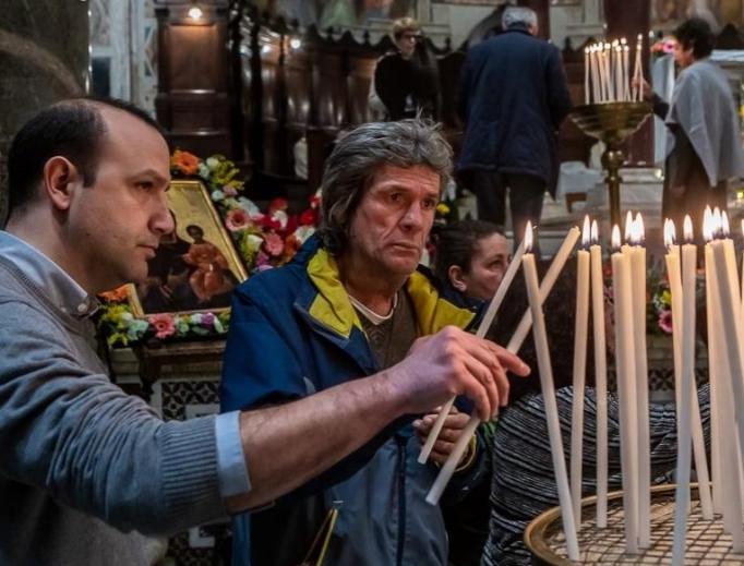 Người vô gia cư họp nhau cầu nguyện cho những người chết ngoài đường