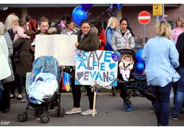 Bệnh viện nhi đồng Bambino Gesù của Vatican sẵn sàng nhận bé Alfie Evans