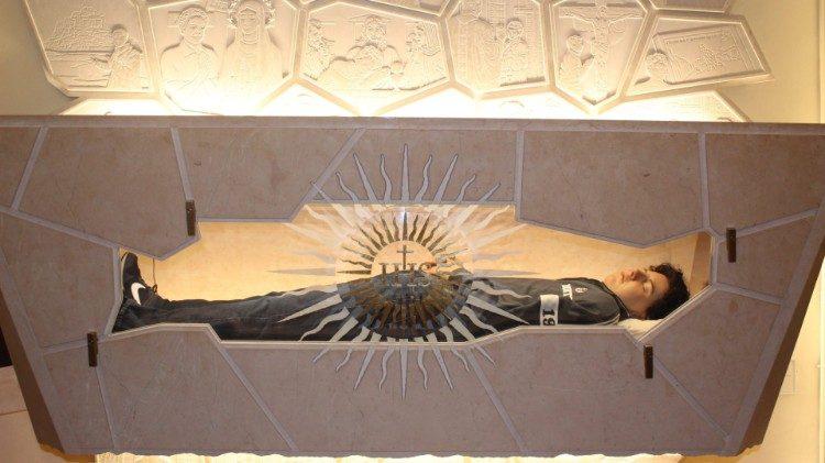 Thi hài Đấng Đáng kính Carlo Acutis được trưng bày cho tín hữu kính viếng