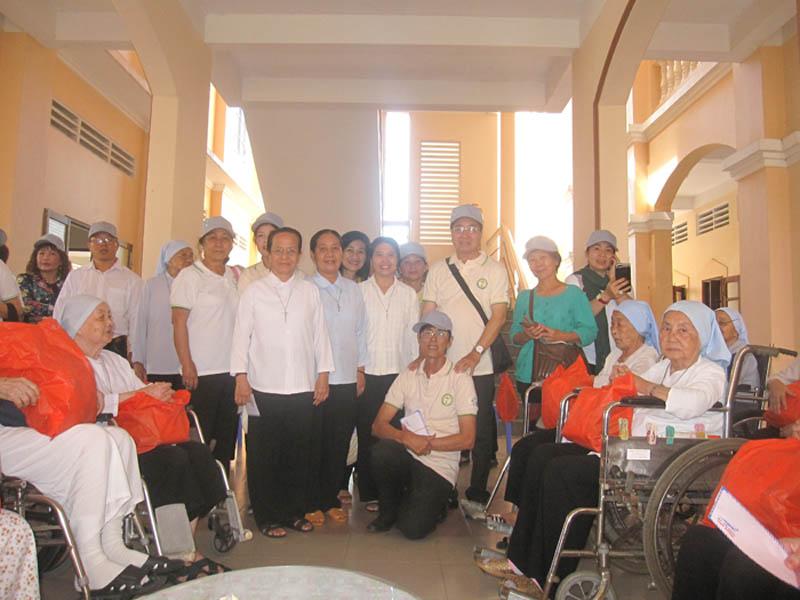 Gia đình bác ái Têrêsa Vĩnh Long đi từ thiện