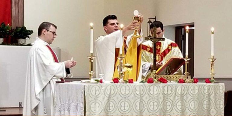 Phóng viên thể thao đi từ việc bị sa thải do một đề mục bất cẩn trở thành một linh mục