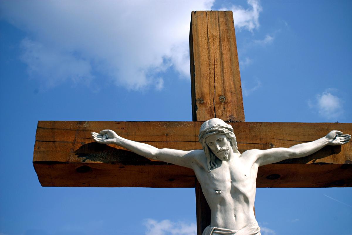 Buộc trưng Thánh giá Chúa Chịu Nạn không? Nói thêm về Giếng Rửa tội