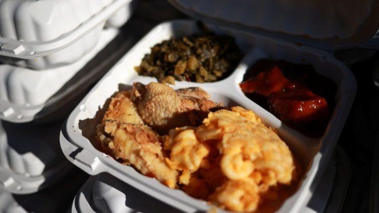 Đôi vợ chồng Công giáo tặng hàng trăm con gà tây cho người nghèo ở New York