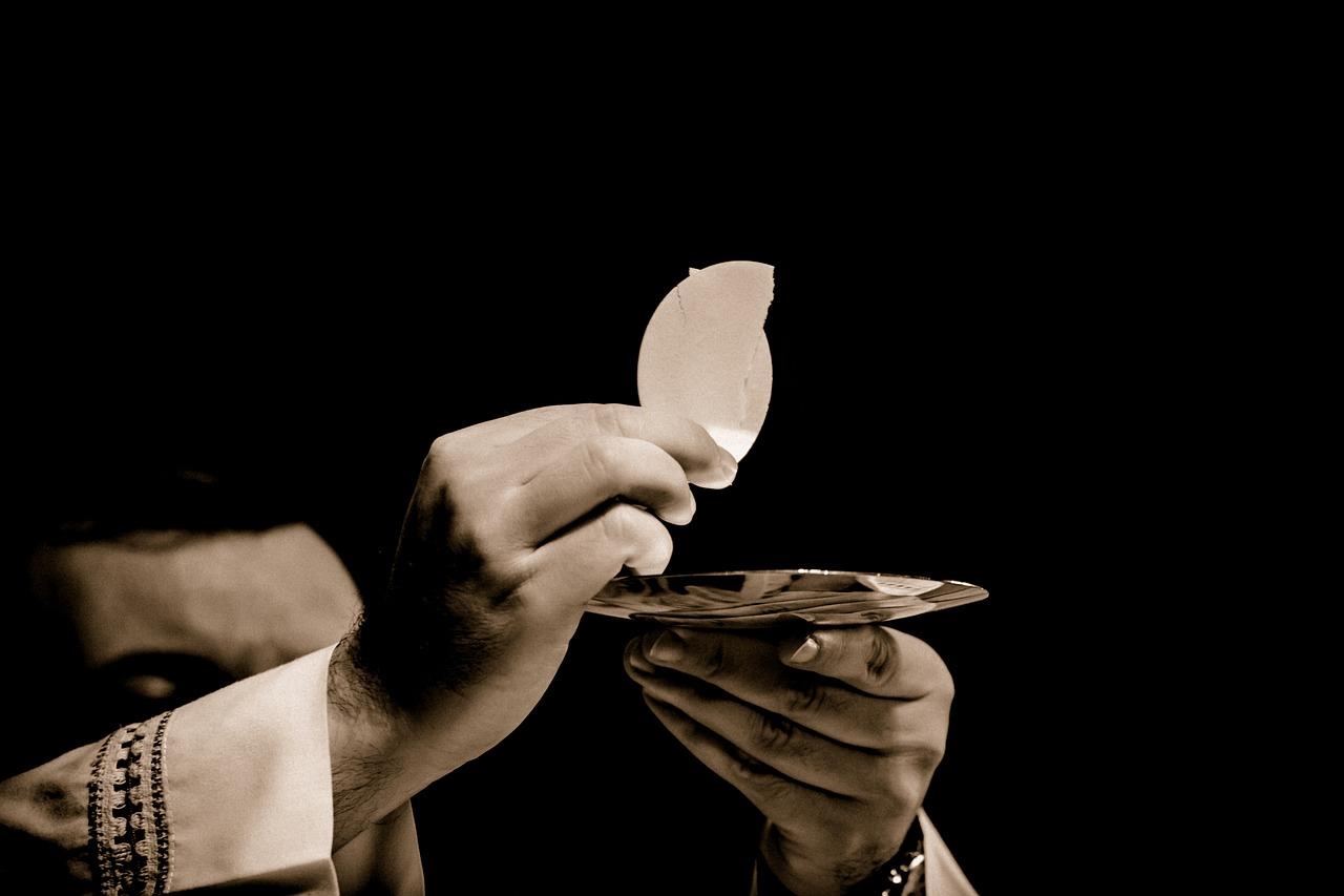 Phó tế có thể cho rước lễ bằng cách chấm bánh không?