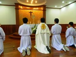 Tự động một mình đặt Mình Thánh chầu được không?