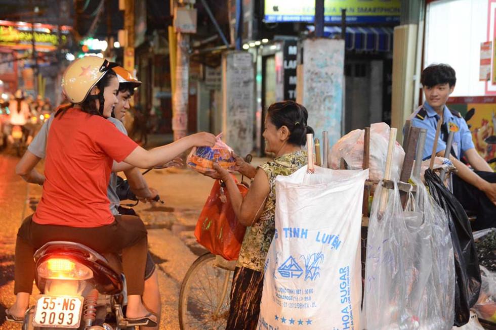 Giữa Sài Gòn bộn bề tất bật, tình người vẫn luôn ấm áp.