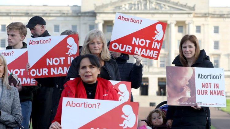 Ailen: Phản ứng trước việc gỡ bỏ luật bảo vệ thai nhi