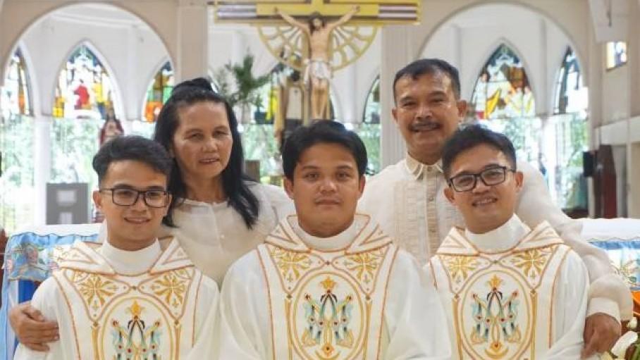 Ba anh em ruột cùng chịu chức linh mục một ngày trong một dòng tu