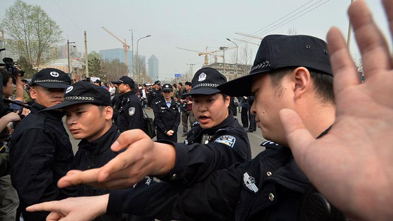 Bi thương: Giáo dân ôm tượng Chúa, Đức Mẹ và các thánh, sống chết với công an Trung Quốc