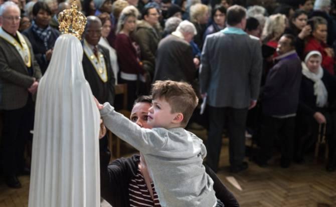 Cặp song sinh được dâng cho Đức Mẹ khi còn bé, nay trở thành linh mục và nữ tu