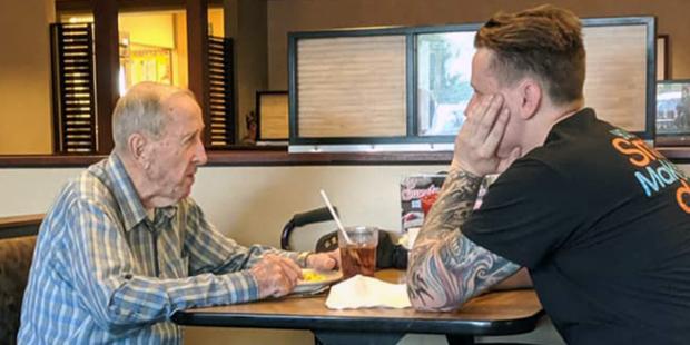 Câu chuyện ấm lòng về một cựu chiến binh đơn độc 91 tuổi và anh hầu bàn trẻ.