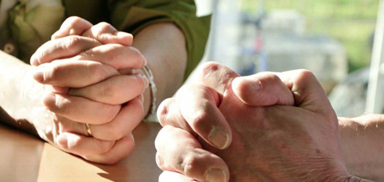 Cầu Nguyện Qua Thời Gian Thử Thách Kiên định như đôi vợ chồng vượt qua thử thách và khó khăn