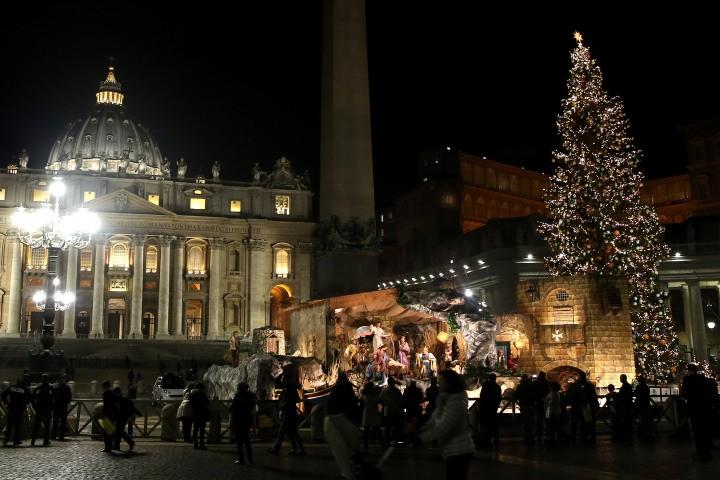Cây thông và hang đá của Vatican