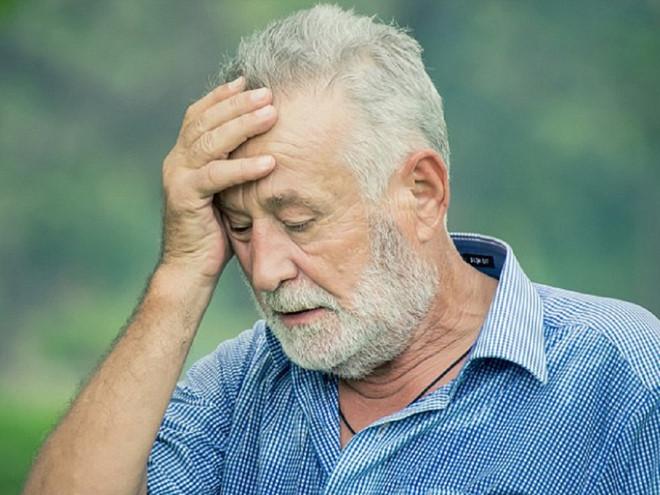 Vì sao bạn bị chóng mặt khi đứng dậy quá nhanh?