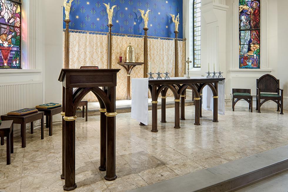 Có nên coi cung thánh là sân khấu để trình diễn?