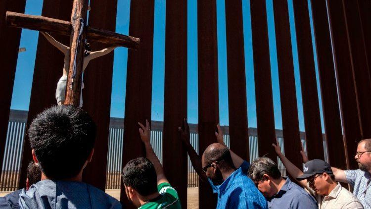 35 linh mục cầu nguyện cho người di dân tại bức tường biên giới Mêhicô và Hoa Kỳ