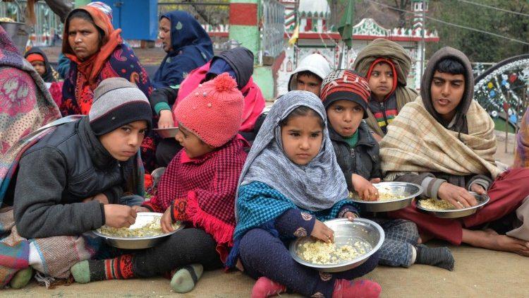 Chương trình thực phẩm giúp người nghèo của một giáo xứ ở Roma