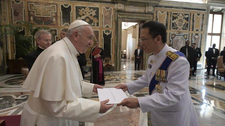 ĐTC gặp các tân đại sứ cạnh Toà Thánh không thường trú