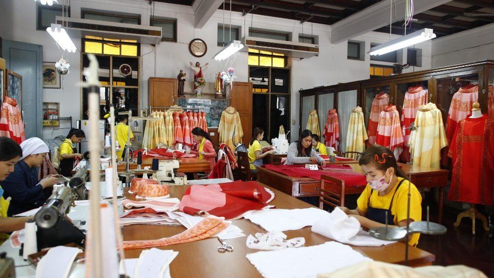 ĐTC sẽ mặc phẩm phục bằng lụa Thái trong thánh lễ tại Thái Lan