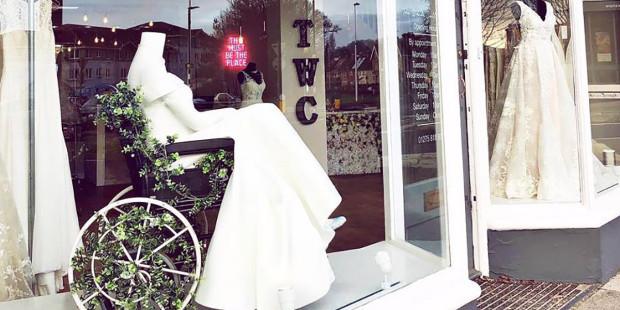 Cửa hàng bán đồ cưới chưng hình người mẫu ngồi xe lăn mặc áo cưới