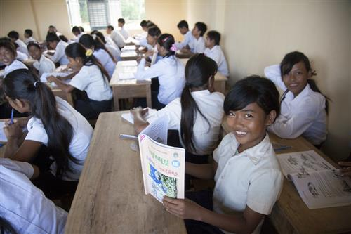 Dòng thừa sai Hàn Quốc tặng đồng phục cho học sinh nghèo Campuchia