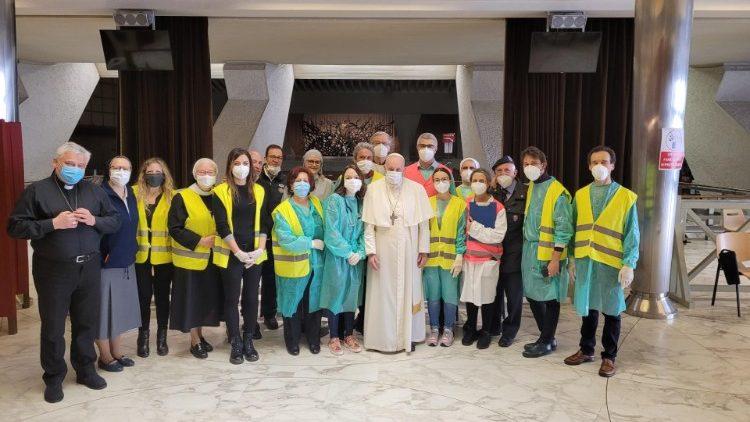 ĐTC chào những người nghèo được tiêm vắc-xin tại Vatican