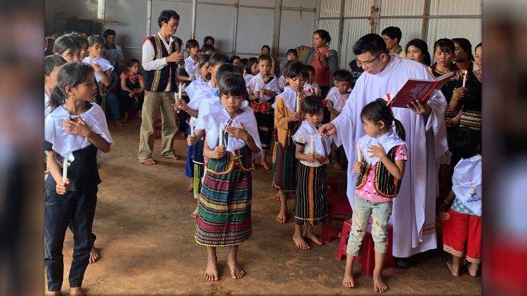 ĐTC chính thức thiết lập thừa tác vụ giáo lý viên của giáo dân