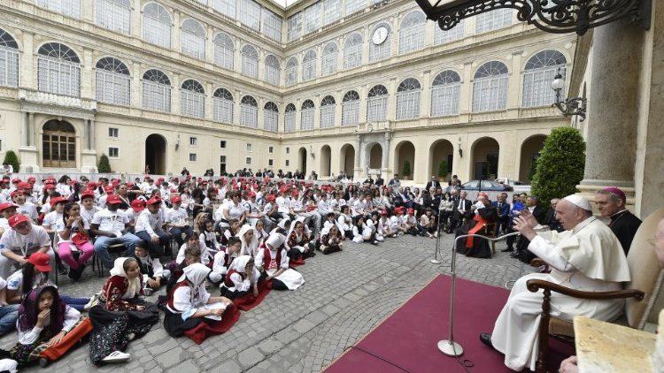 ĐTC gặp 400 trẻ em từ Genova, con tàu Moby Tommy và Sardegna