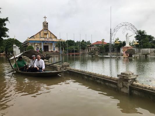 Đức Cha Giuse Nguyễn Văn Yến đi thăm bà con vùng lũ Phát Diệm