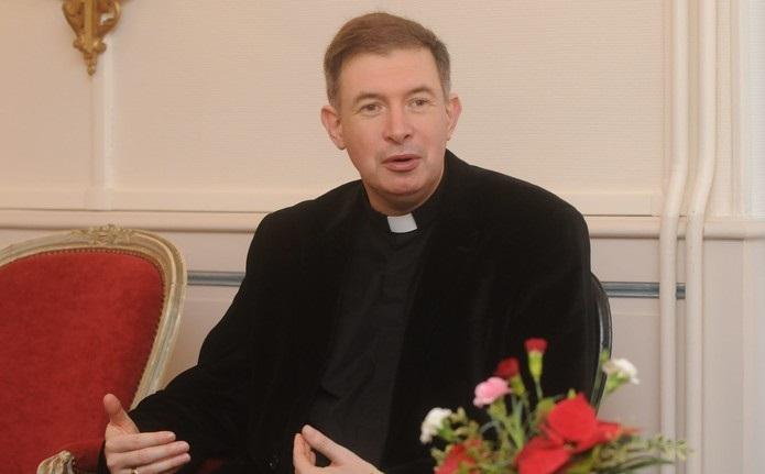 Đức Giám mục Wintzer ủng hộ việc phong chức linh mục cho các ông đã lập gia đình