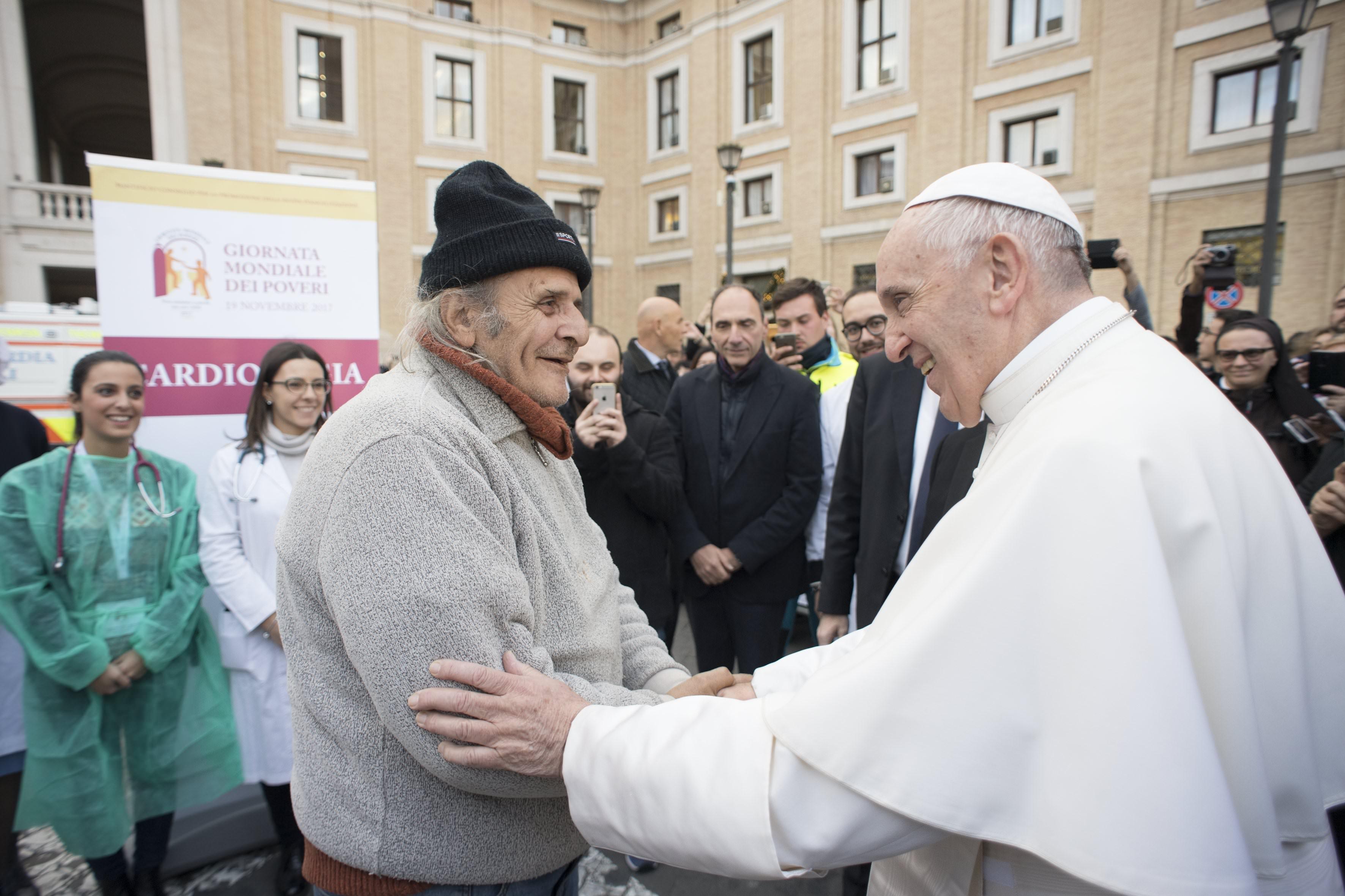 Đức Giáo Hoàng Phanxicô bất ngờ thăm viếng người nghèo bên ngoài quảng trường thánh Phêrô.