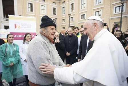Đức Giáo Hoàng Phanxicô bất ngờ thăm viếng người nghèo bên ngoài quảng trường thánh Phêrô