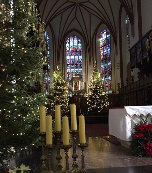 Được đặt cây Giáng sinh trong cung thánh không?